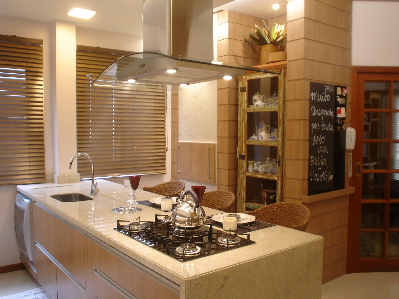 No centro desta cozinha fica o cooktop com coifa de ilha onde os  #6C401D 1600 1200
