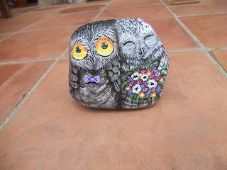 Piedra pintada con un pareja novios