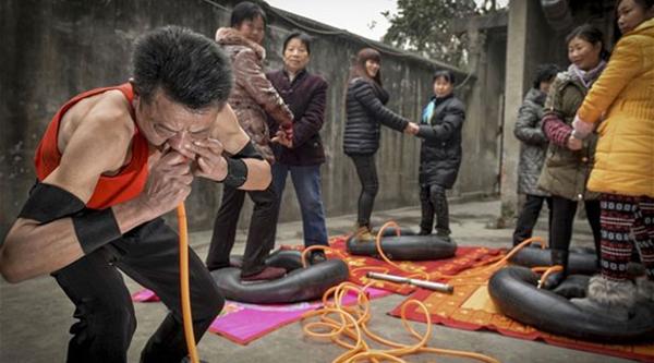 صور, صيني, ينفخ, إطارات السيارات, بمنخريه, بدقائق, ليتخلص, من, آلام, الجيوب, الأنفية, صيني ينفخ إطارات السيارات بأنفه,