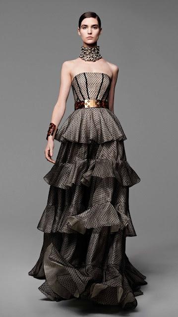 Alexander McQueen, se inspira en la miel y las abejas,  para vestir a una mujer femenina y muy sensual, esta es la propuestas de  primavera verano 2013 14