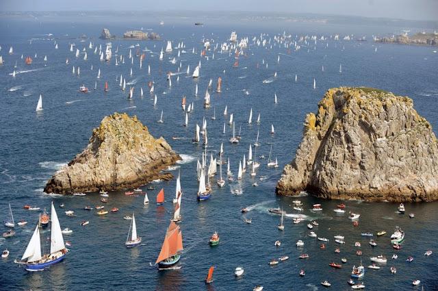 Парад парусников у бухты Крозон, Франция, в последний день морского фестива