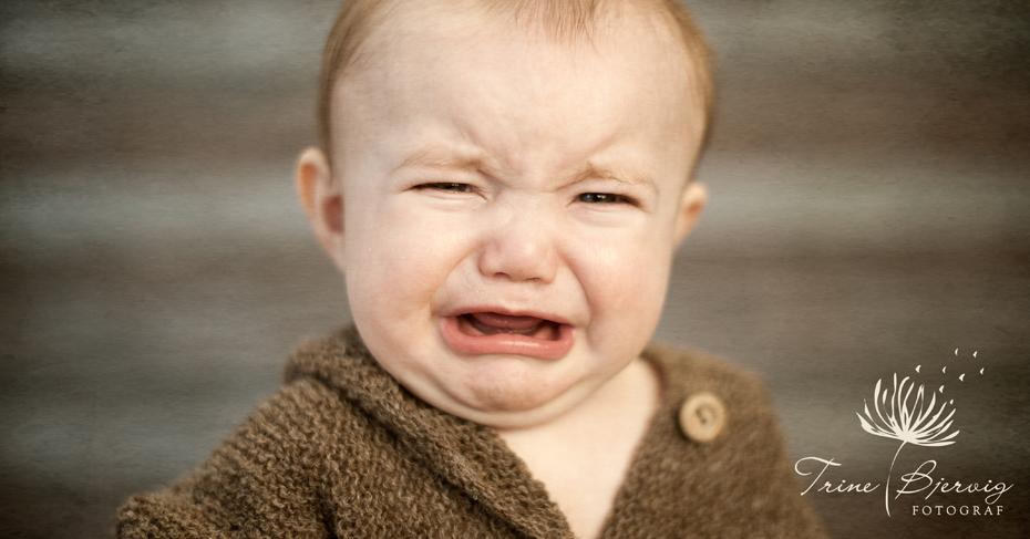 barnebilder av gråtende gutt fra oslo. Fotografert av barnefotograf trine bjervig i tønsberg