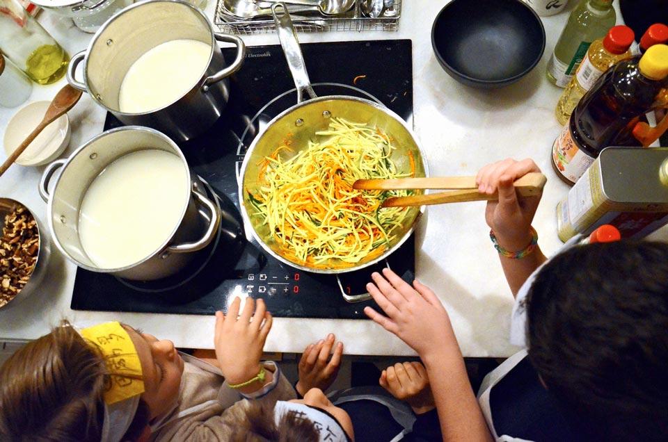 Preparando fideos Udon con Shiitakes y verduras