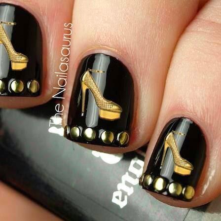 decoracin de uas elegantes base negra con zapatitos y detalles dorados
