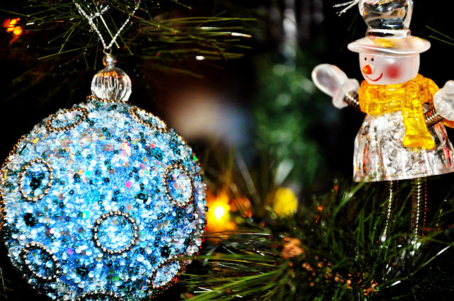 бирюзовый шар и снеговик