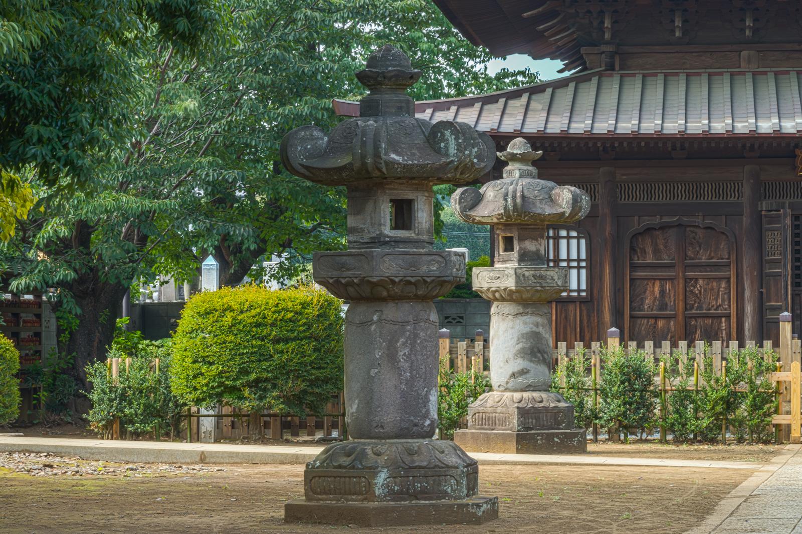 千体地蔵堂前の石灯籠の写真