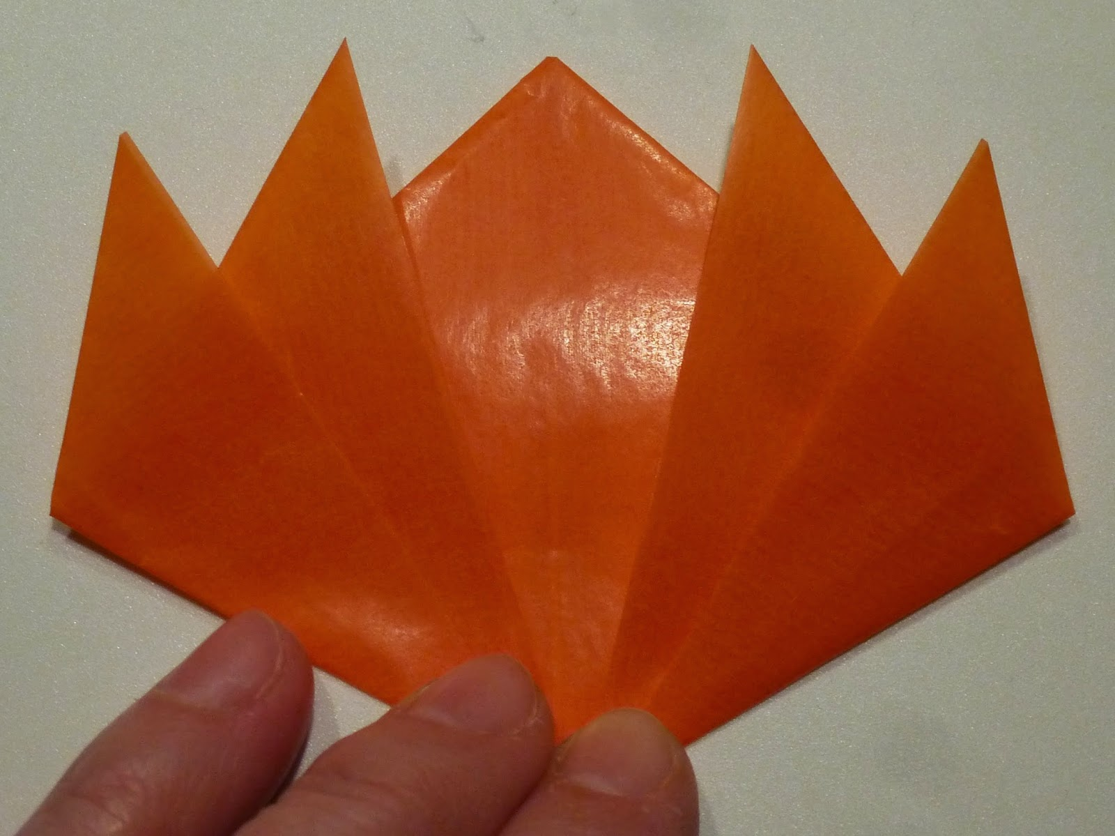 alltagsbunt fensterbild oder tischdeko kranz aus transparentpapier falten origami mit anleitung. Black Bedroom Furniture Sets. Home Design Ideas