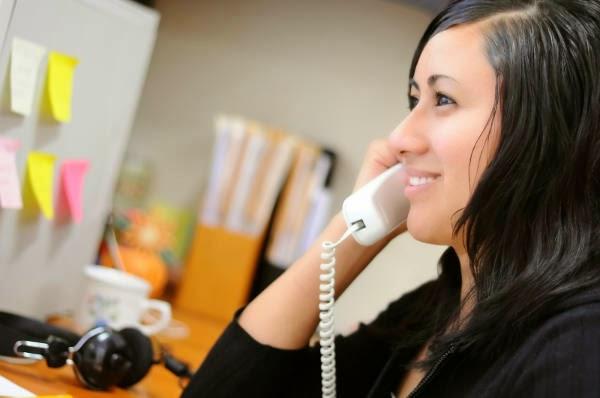 Donna al telefono.