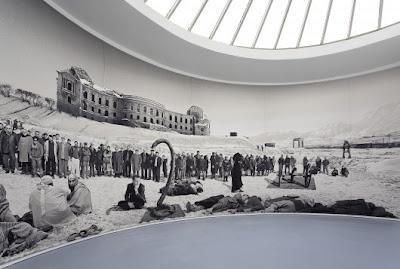 Фото-панорама: современное искусство, как символ размышления о выборе пути человечеством