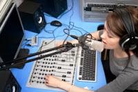 penyiar berita radio