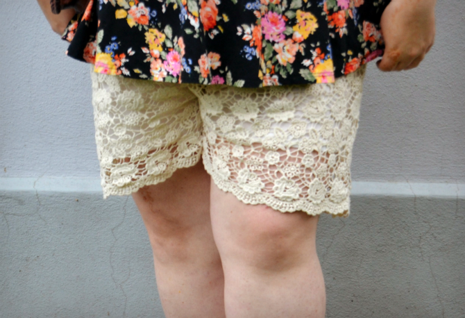 outfit plus size con shorts e top peplum