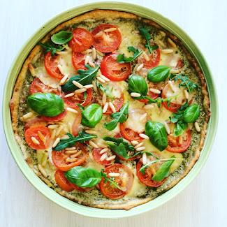 Tomaatti-pesto-mozzarellapiirakka