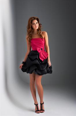 vestido corto en dos tonos, combinado con zapatos de tacon alto y tiras