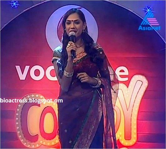 vodafone comedy stars anchor shruthi menon showing navel and cleavage in saree