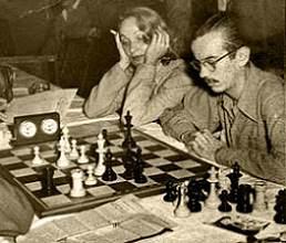 Rossetto jugando al ajedrez con Marlene Dietrich a su lado