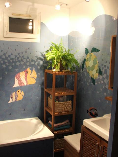 Fresque murale marine créée sur commande pour un particulier Poissons tropicaux pour un décor mural et artisanal en mosaïque dans une salle de bains