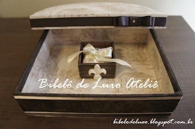 CAIXA DE MDF EM PATINA MARROM | BIBELÔ DE LUXO ATELIÊ - bibelodeluxo.blogspot.com.br :: Coleção Toile De Jouy, lembrancinha para casamento, aniversário, caixinha para bem casado, decoração, castiçal, flor-de-lis.