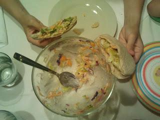 cena pitas de ensalada y atún
