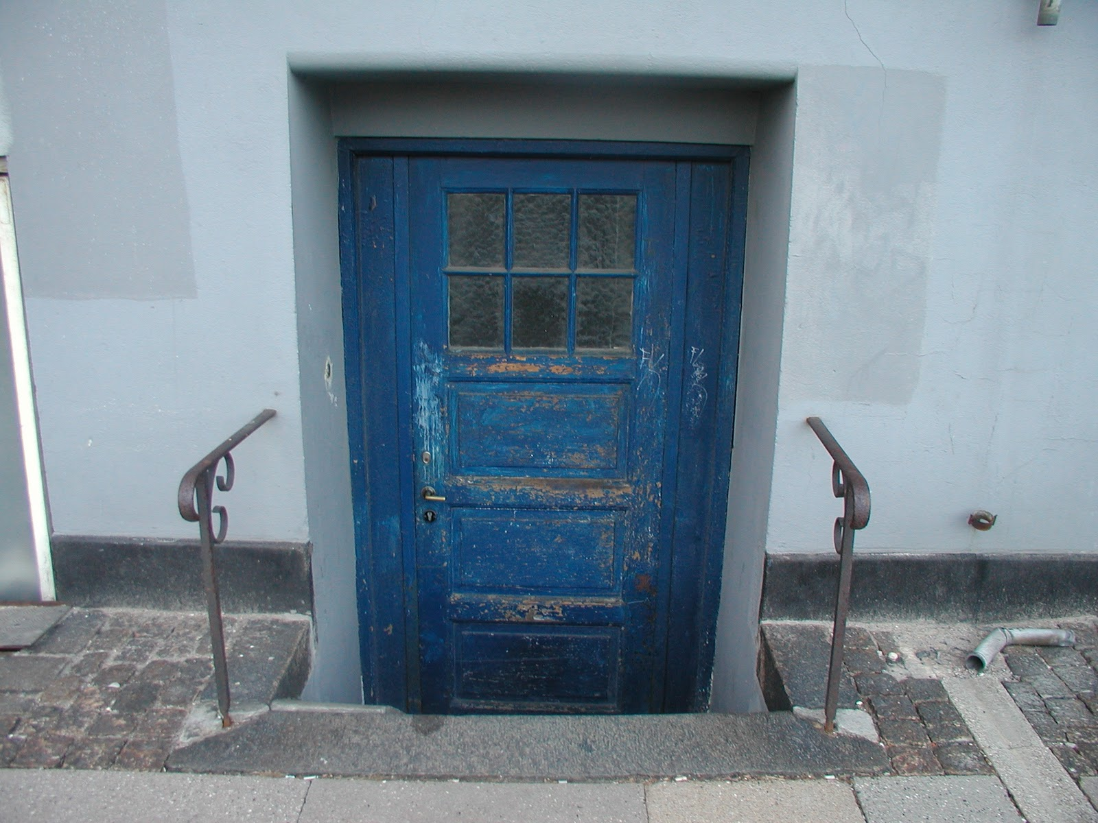 This is a crazy old door...itu0027s old u0026 a little below the sidewalk... Love the color!!! & Frankly Speaking Modern Vintage Blogspot: We love vintage doors!