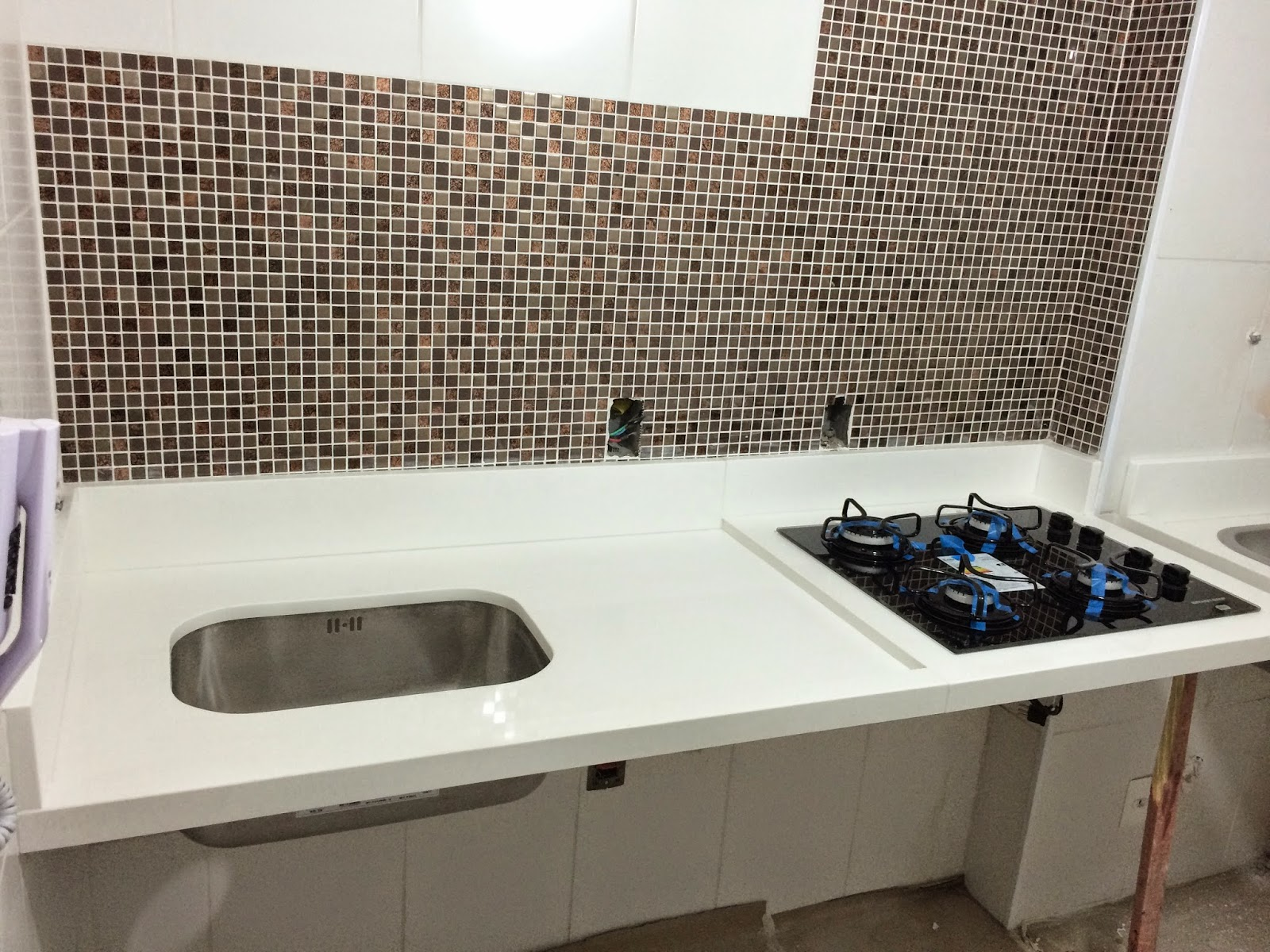 Apê 114: Bancada da Cozinha e Área de Serviço em Quartzo Branco #25476D 1600 1200