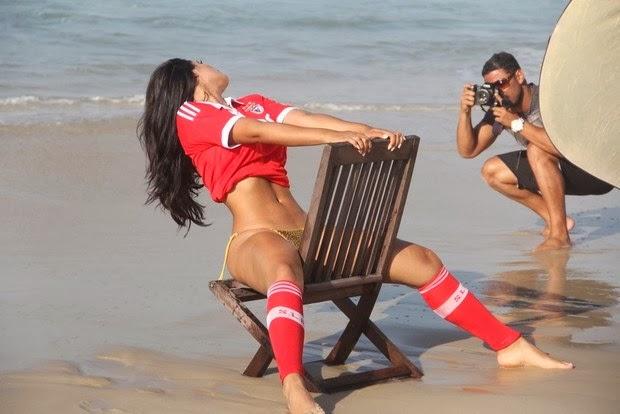 Camisola do Benfica usada em ensaio da Playboy Brasil