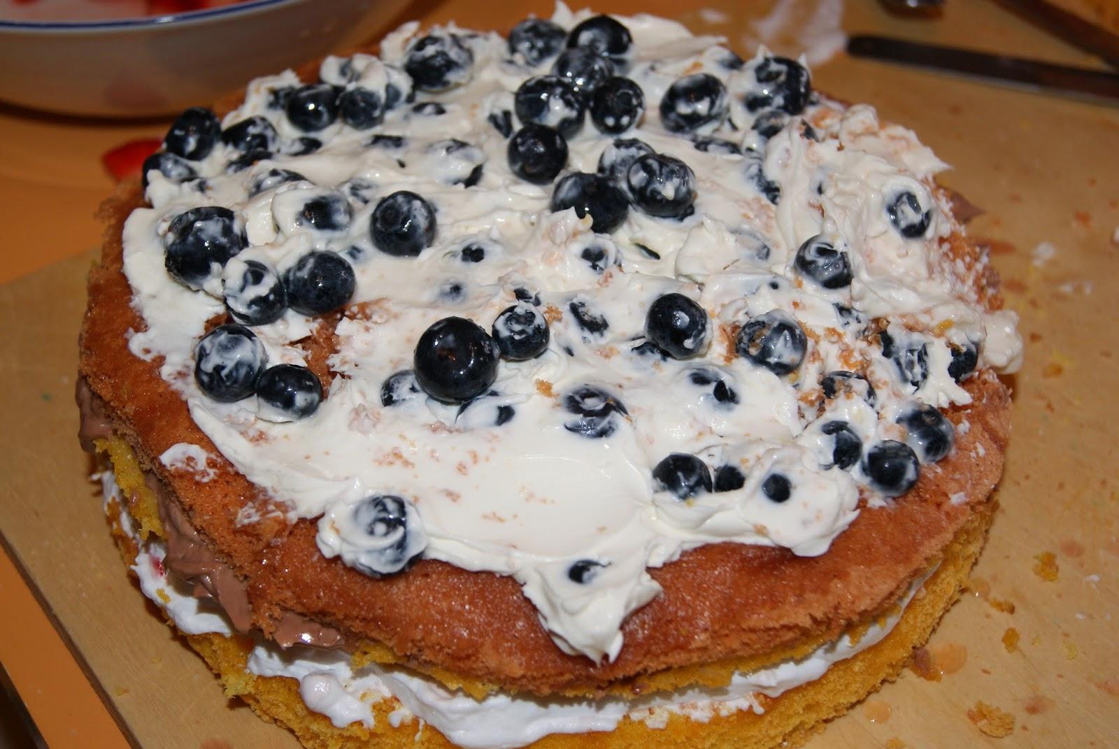 Cortesie In Cucina: Torta di compleanno con panna, fragole ...