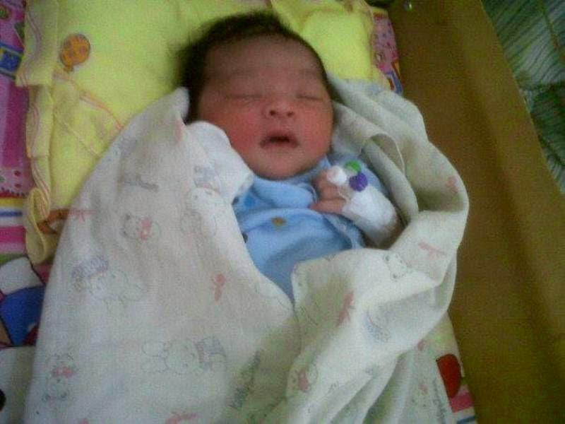 Foto bayi lucu baru lahir dari rahim ibunya