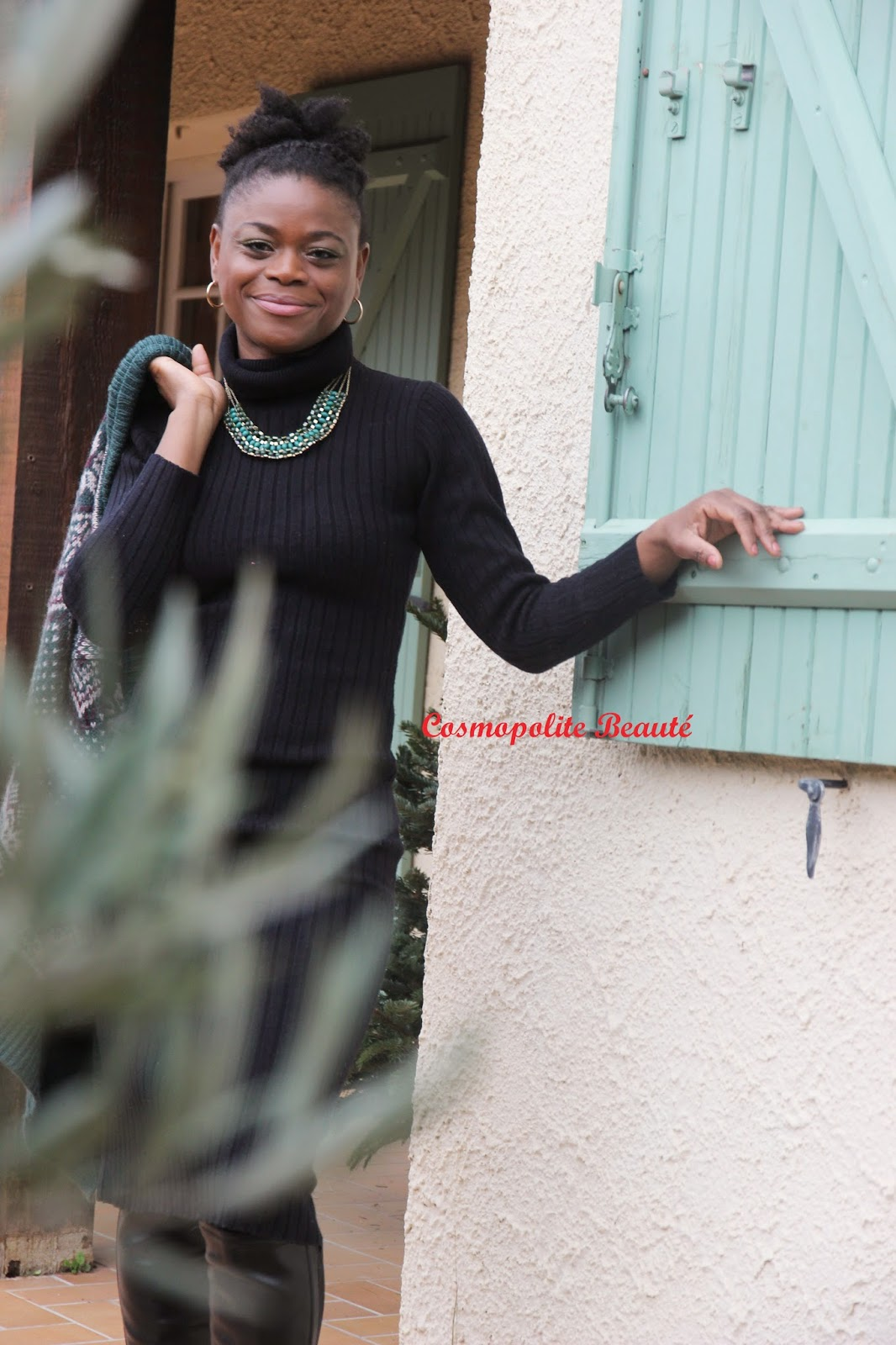 afro puff, high bun, cosmopolite beauté, lookbook, tenue, bottes, robe pull, robe chaussette