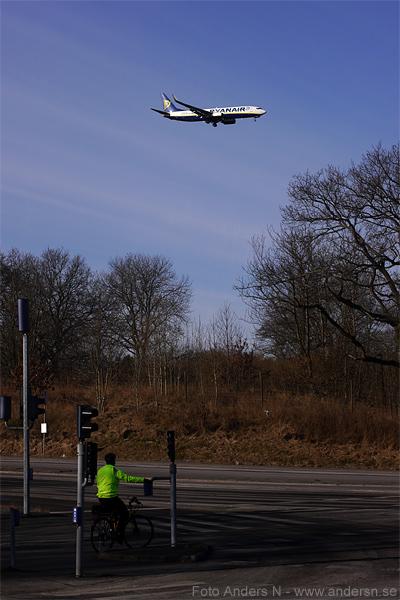 övergångsställe, trafik, flygplan, flyg, ryanair, cyklist, tsyfpl, foto anders n