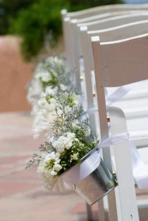Pasillo al altar decorado con cubos de metal y flores