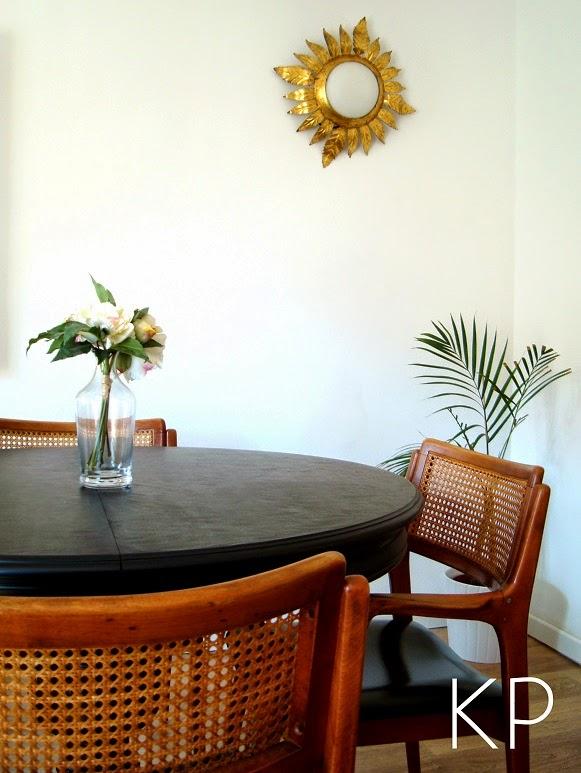 Tiendas vintage de decoración en valencia. Venta de apliques dorados, sillas estilo escandinavo y lámparas chandelier.