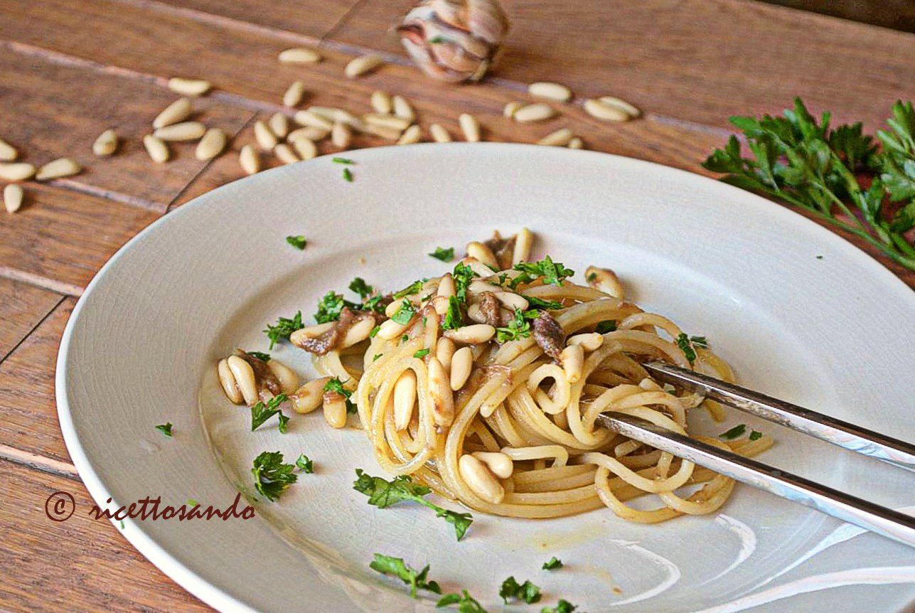 Pasta acciughe e pinoli ricetta per un primo piatto equilibrato