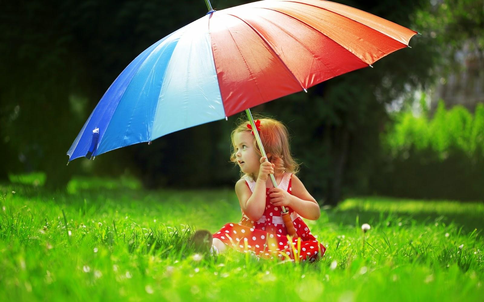 فتاة جميلة تحث المظلة