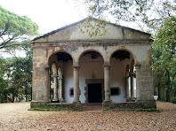 L'atri, amb les columnes dòriques, de l'ermita de Sant Ponç