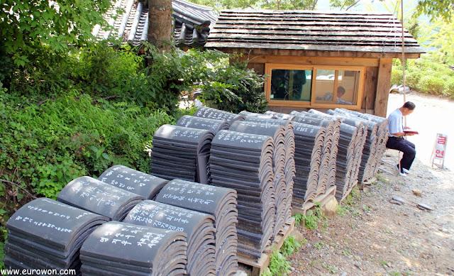 Donación de tejas en el templo budista Buseoksa