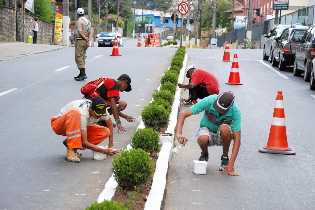 FOTO ALBERTO TORRES: Equipe da Secretaria de Serviços Públicos realiza trabalhos de modificação do canteiro central