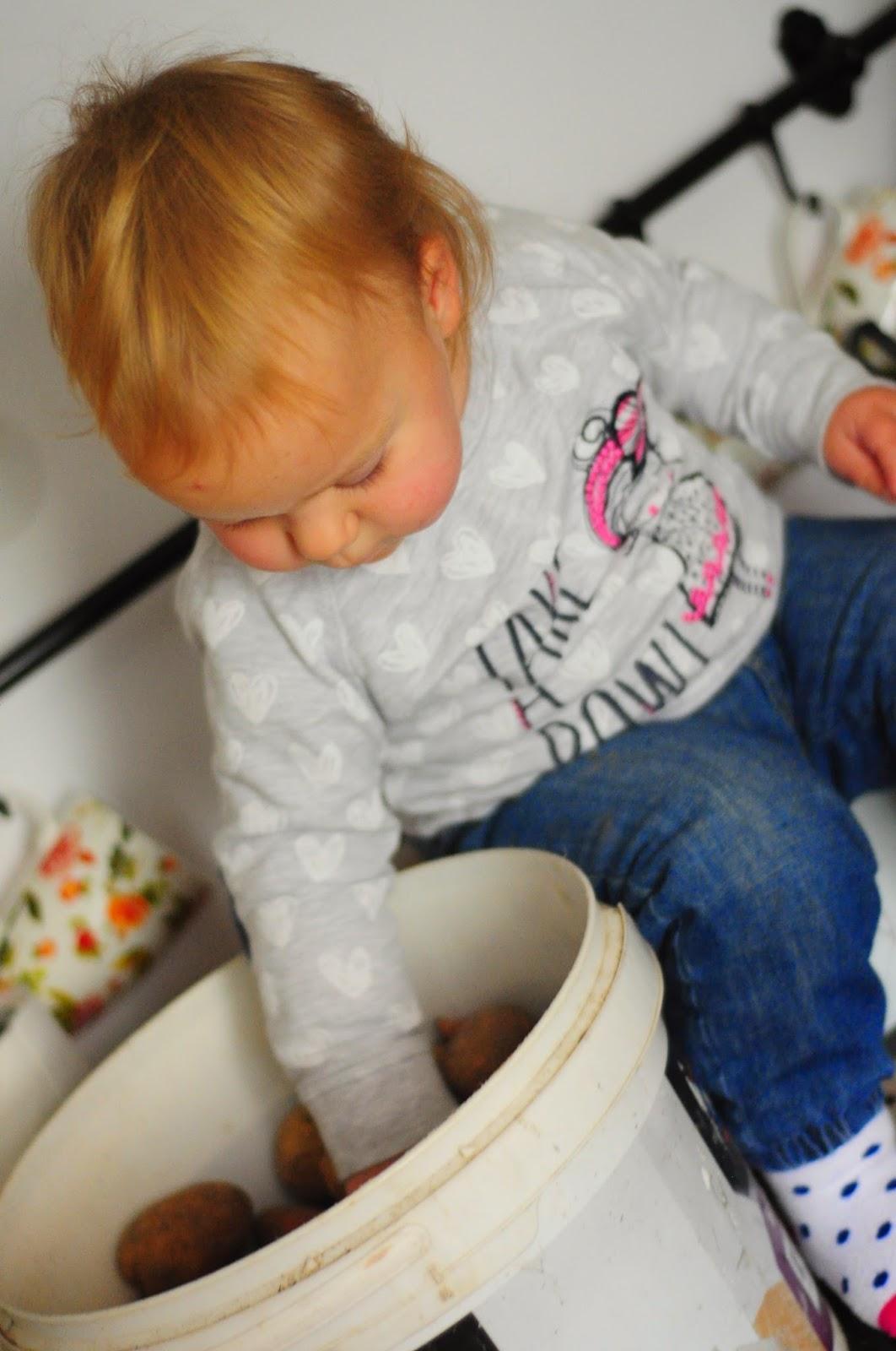 jadłospis małego dziecka, co je półtoraroczne dziecko, dziecko je tylko mleko,jak zająć dziecko w kuchni, zabawy z dzieckiem w domu