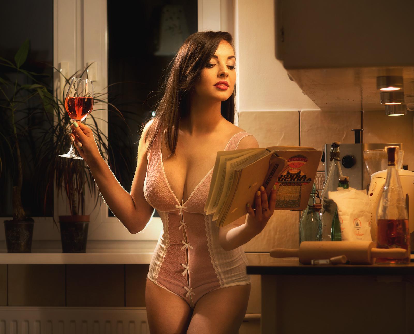 Kura Domowa: Dobra Kuchnia Domowa. Housewives: Good Home Cooking. Koncepcyjna fotografia portretowa. fot. Łukasz Cyrus, Ruda Śląska.