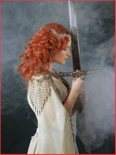 Quête du Graal Dame Femme Chevalier Robe Armure Camelot épée Bijoux Excalibur Sword Kamelot Lady Woman Knight Dress Armour Warrior Medieval Fantasy