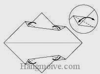 Bước 4: Tạo nếp gấp bằng cách gấp chéo bốn góc giấy, sau đó lại mở ra.