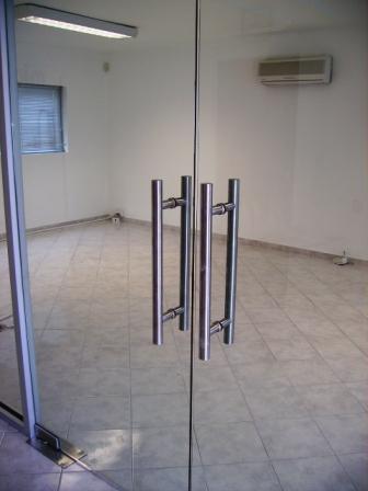 Proyectos construcci n y mantenimiento for Puertas de cristal templado