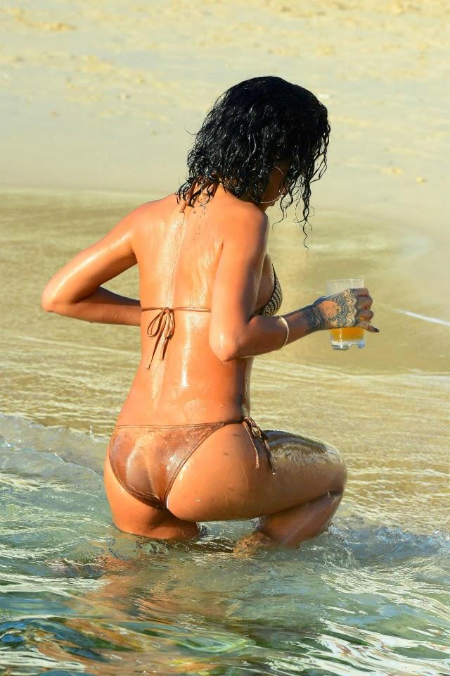 Rihanna metiéndose su dedo