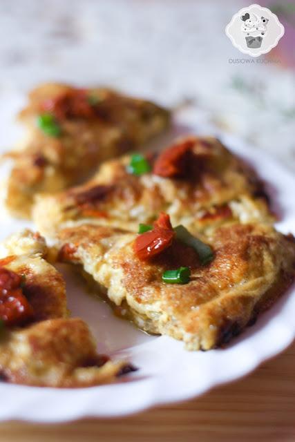 omlet z suszonymi pomidorami, fritata z suszonymi pomidorami