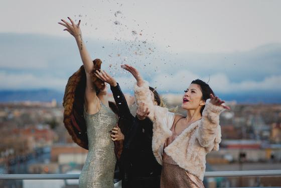 imagen_fiesta_fin_año_chicas_brillo_felicidad_vestido