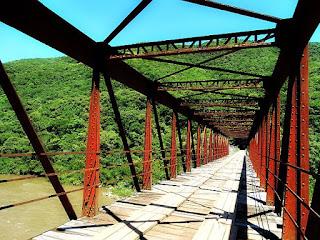 Ponte dos Korff, em Caxias do Sul. Vista da parte de ferro da antiga ponte, caminhando-se sobre ela.