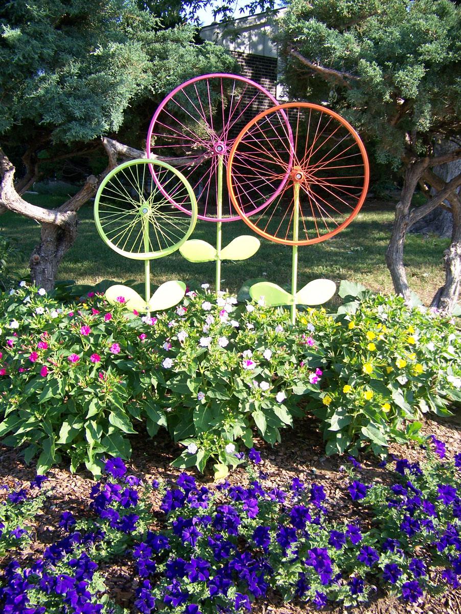 The hanky dress lady bicycle wheel garden art steel for Gartendekoration glas