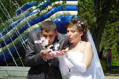 Свадебное фото - летят лепестки любви