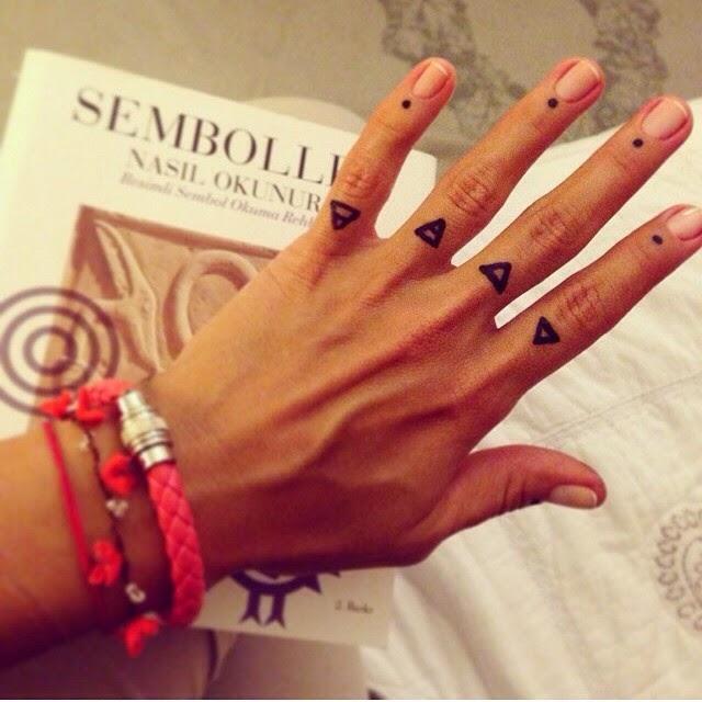 chica con los dedos tatuados 13