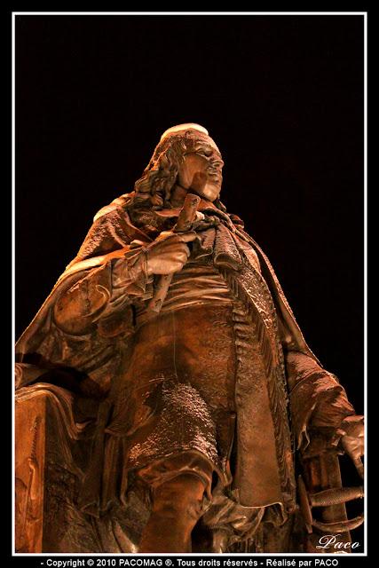 statue place turenne de la ville de sedan jour de neige