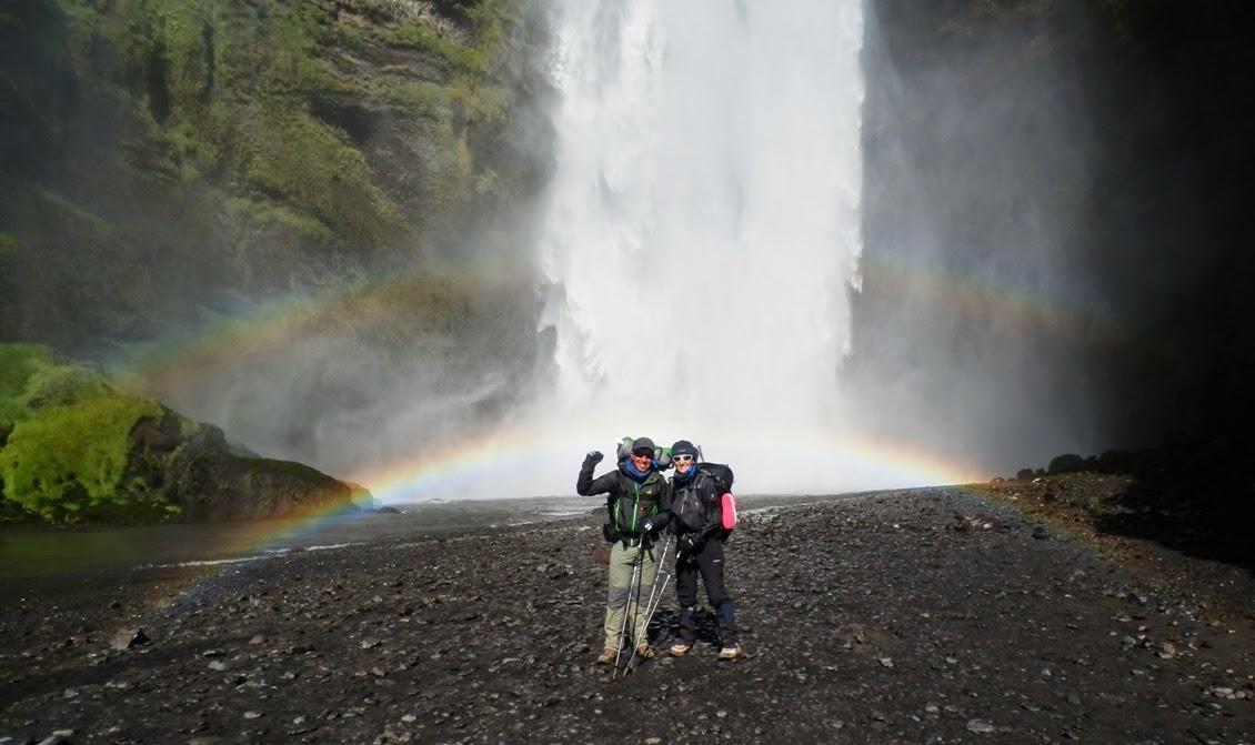 Frente-a-la-cascada-de-Skógar-con-el-arcoiris-de-fondo